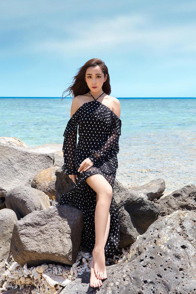 腾讯娱乐讯 今日,杜若溪曝光一组身穿黑色波点长裙写真,大片中她或手扶脸坐在岸边的石头上,或半身趟在海滩上,与蓝色的大海交相辉映,好身材展现无遗,尤其是一双长腿更是逆天撩人。据悉杜若溪此次现身毛里求斯海滩,拍摄多组沙滩风格美图,画面感十足性感妩媚。