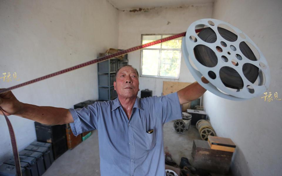 回到家中,老伴在灶台前忙活着做饭,而鲁中德则在家中捣腾从外地邮寄过来的各种电影放映机,这些都是胶片放映机,有些岁月了。