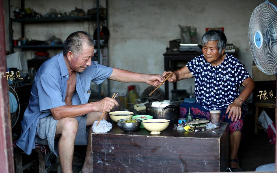 到了傍晚,老两口简单的吃过晚饭后,开始了一天中最重要的事情,去附近庞楼村放一场胶片电影。