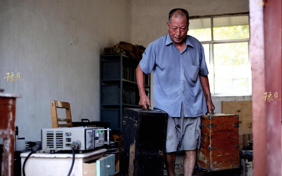 鲁中德17岁初中毕业后,在生产队开柴油机浇地磨面。开了三年柴油机后,农村开始修电网,缺人手,大队支部书记把鲁中德抽调过来,立电线杆子,架电线安装变压器。因为鲁中德上过学,大队就安排他做了电工 。