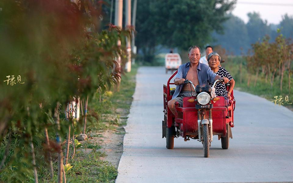 老两口开着电动三轮车十几分钟就到了庞楼村,开到村里时,不少村民在家门口吃饭,见鲁中德开车经过,便问今天晚上放啥电影,一会吃完饭就去看。