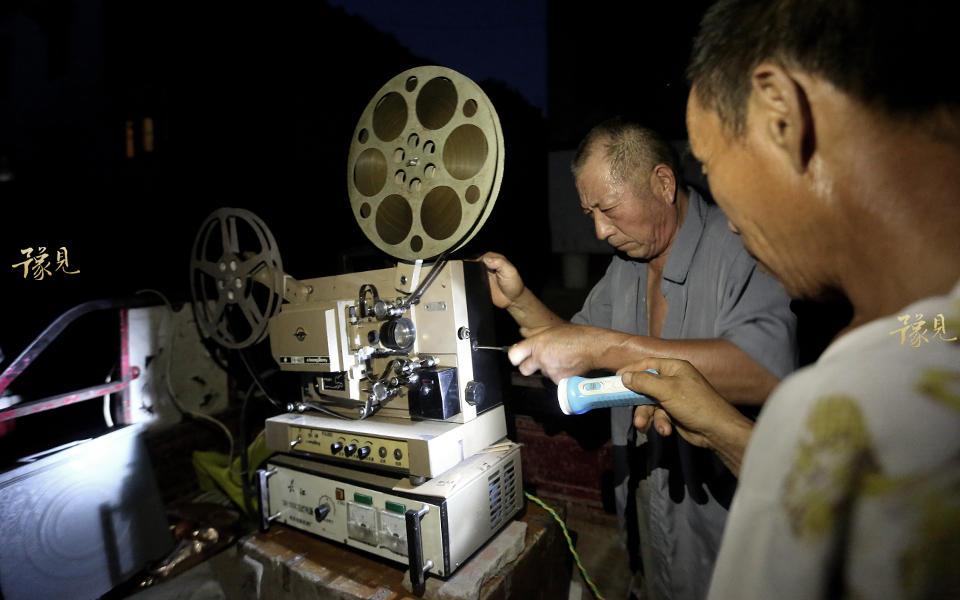 鲁中德在调试放映设备。