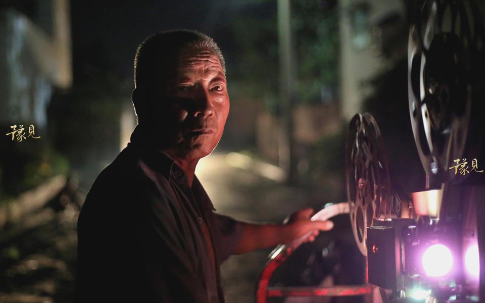 1972年开始,鲁中德白天在村里做电工,夜晚做放映员,冬天从下午五点半到夜晚九点半,夏天从八点放映到夜晚十一点。