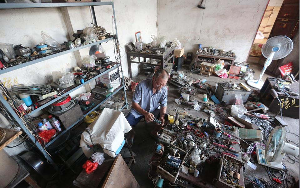 和其他农村放映员不同的是,鲁中德不仅会放映电影还会维修各种电影机。在许昌民间会维修电影放映机的只有鲁中德一个人,现在郑州 、漯河、河北邢台、江苏徐州等地方的影友,电影机坏了都找他维修。做村里电工时,每年许昌县有三个月的培训,而自己家里有个亲戚在许昌市广播站工作,不懂的技术问题请教他,使得鲁中德维修技术过硬。