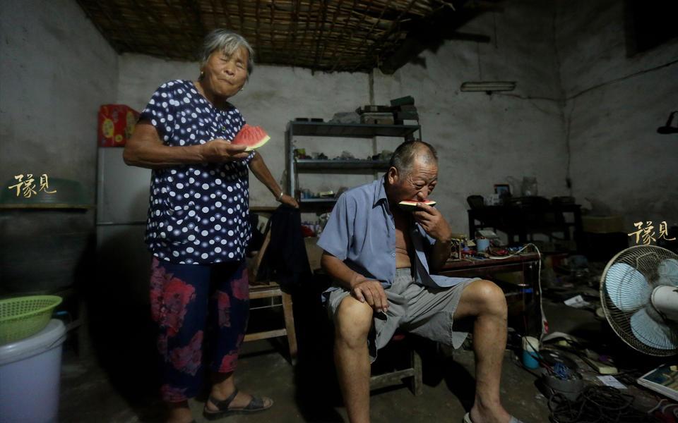 在1990年的时候,经熟人介绍去郑州、三门峡、渑池 、安阳、平顶山等地放电影。2000年开始农村看电影的人不多了,大家开始去县城里的电影院看。2004年,数字电影兴起,胶片电影开始走下坡路。鲁中德在许昌县陈曹乡做了一年的电影放映员,在2005年60岁时正式退休。图为鲁中德和老伴放完电影回家后已是凌晨。