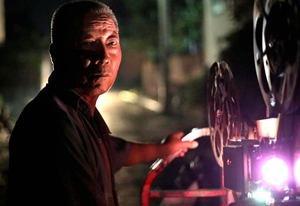 河南许昌69岁农村放映员 49年放映2万场电影