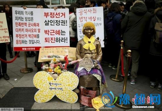 当地民众搬来一座慰安妇少女铜像,放在日本大使馆前。