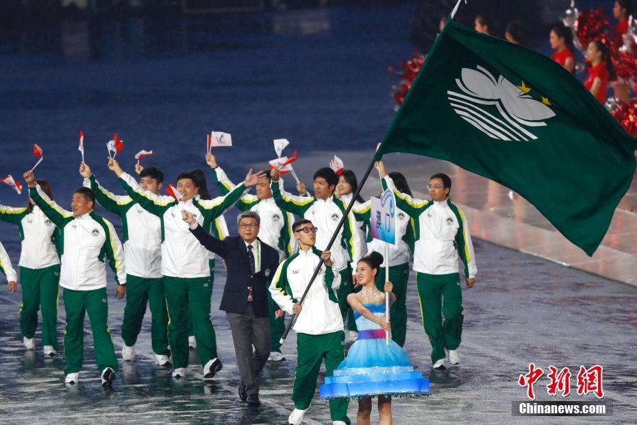 8月27日,中华人民共和国第十三届运动会在天津开幕。图为澳门特别行政区代表团入场。中新社记者 富田 摄