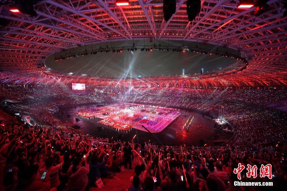 8月27日晚8点,中华人民共和国第十三届运动会在天津奥林匹克中心体育场举行开幕式。中新社记者 佟郁 摄