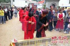 封丘七夕举办特色婚礼 77对新人穿汉服体验古代传统