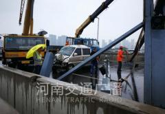郑州限高架被撞散架面包车被砸 正在救援