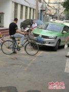 郑州一出租车司机因疲劳驾驶撞上路边隔离桩