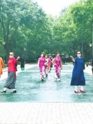 """郑州一公园现""""别样""""模特队 最大年龄70岁"""