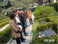 县气象局组织到烈士陵园扫墓(图)