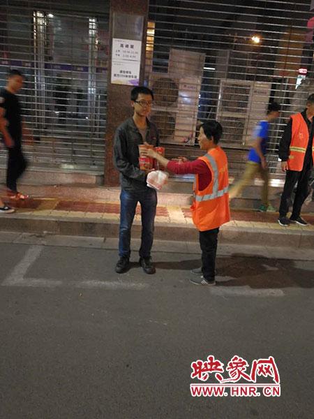 环卫工救助流落郑州街头的高考落榜生