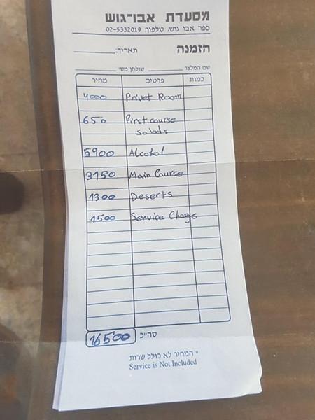 易卜拉欣认为他们的收费非常合理:8名中国游客到餐馆的那天是星期五,他们要了一个包间,这相当于在一周中生意最好的晚上关闭了餐厅的一部分。他们还点了一瓶400美元(约合人民币2671元)的白鲸伏特加(Beluga vodka)和一只30公斤的烤全羊,此外还有其他服务。