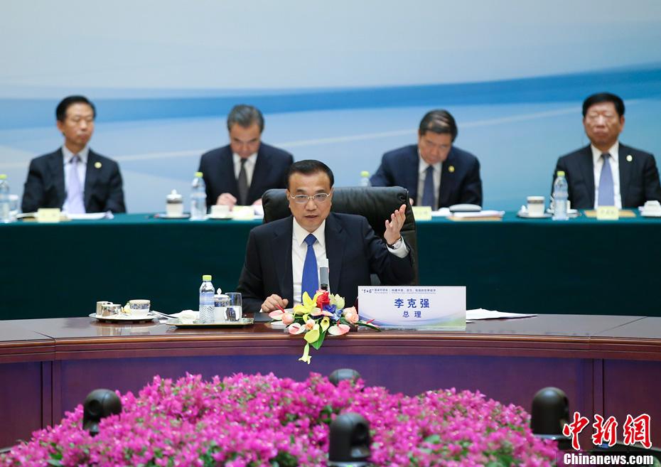 """9月12日,中国国务院总理李克强在北京同主要国际经济金融机构负责人举行""""1+6""""圆桌对话会。世界银行行长金墉、国际货币基金组织总裁拉加德、世界贸易组织总干事阿泽维多、国际劳工组织总干事莱德、经济合作与发展组织秘书长古里亚、金融稳定理事会主席卡尼出席。中新社记者 刘震 摄"""