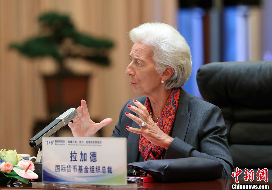 """9月12日,中国国务院总理李克强在北京同主要国际经济金融机构负责人举行""""1+6""""圆桌对话会。世界银行行长金墉、国际货币基金组织总裁拉加德、世界贸易组织总干事阿泽维多、国际劳工组织总干事莱德、经济合作与发展组织秘书长古里亚、金融稳定理事会主席卡尼出席。图为国际货币基金组织总裁拉加德在对话会中发言。中新社记者 刘震 摄"""