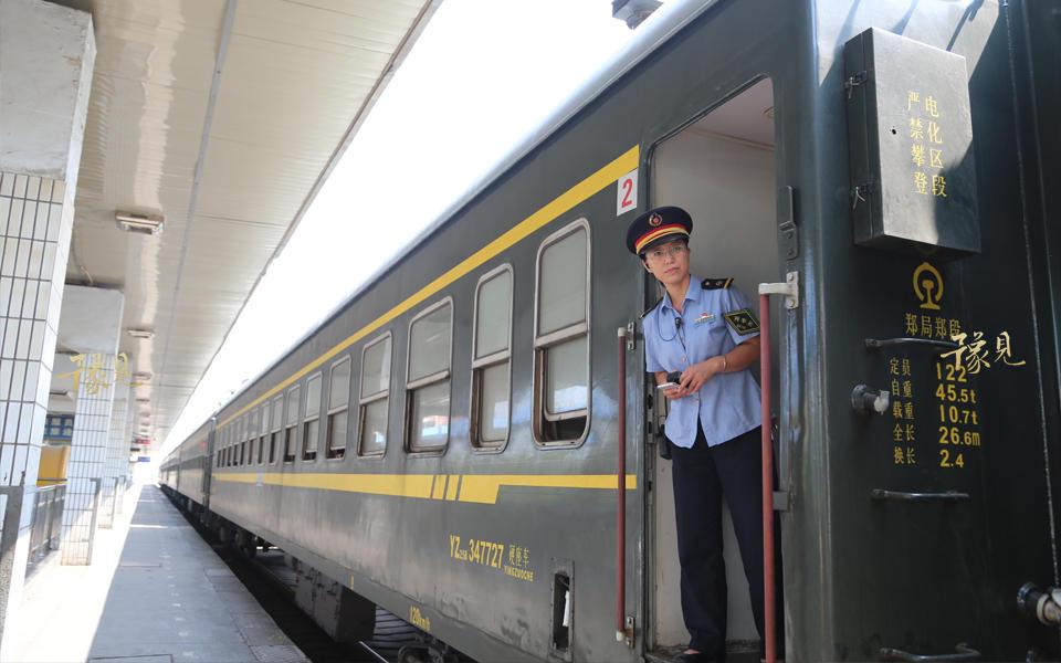 2017年9月12日,这最后的一列绿皮车完成了它最后一次日常铁路运输任务,返回新乡站后,就将被拖入车库解编封存,等待春运或其他特殊任务有需求时,才会再度出山开行临客列车。