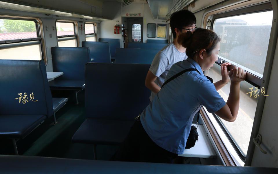 在郑州铁路局管内,与这列车相似的,还有新乡――长治北、新乡――算王庄、洛阳――嘉峰这四趟列车,其中新乡――长治北在几年前改为空调车,新乡――算王庄和洛阳――嘉峰两对列车在最近一次调图后改为路用通勤车,不再对外售票,6901/2次列车便成为郑州铁路局最后一对图定绿皮客车。
