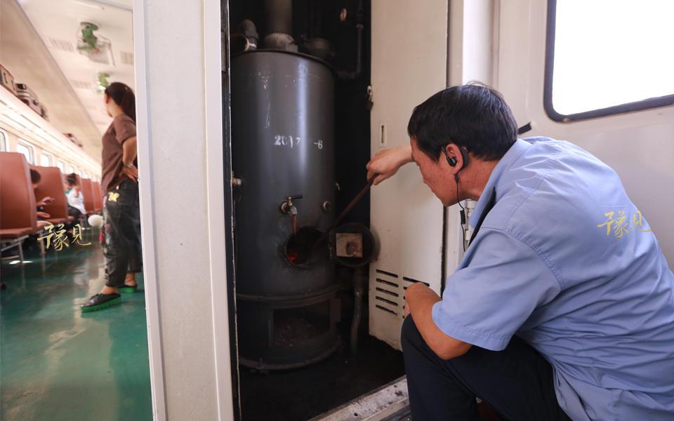 列车员崔其刚今年51岁了,从1992年开始在6901次列车工作。为了保障乘客喝水,他每天提前3个小时到车库烧水。水烧开后,老崔开始忙着灌水,全列硬座车厢有7个水包。每个水包50多公斤水,从锅炉间把开水接到水壶里,用小推车推到车厢,再倒进水包里。全列水包灌满需要开水400公斤左右,来回跑路20公里以上。