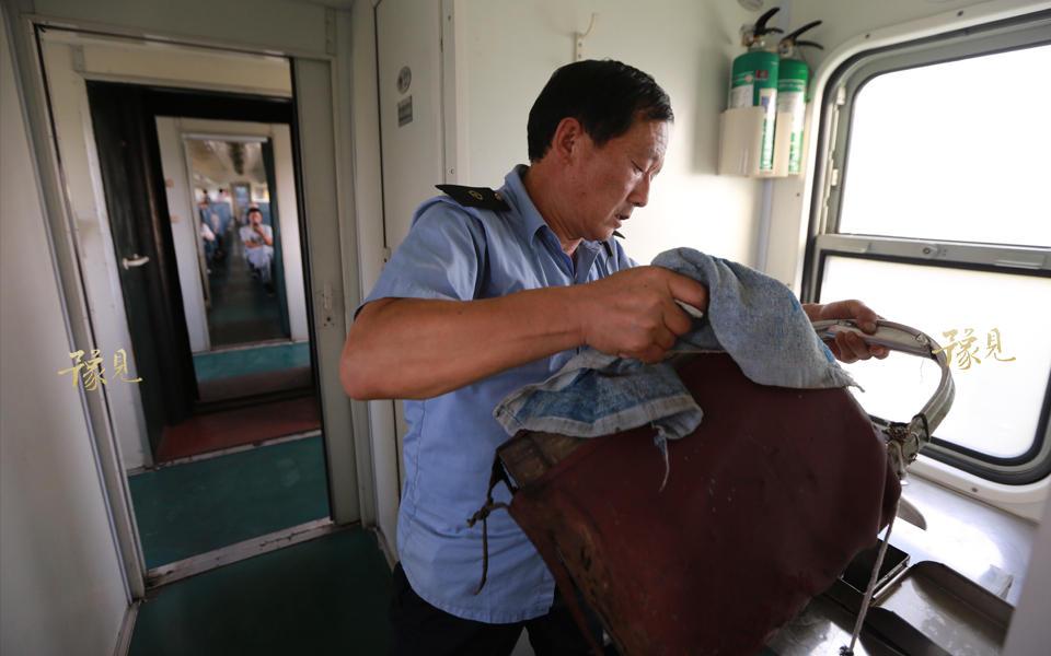 老崔从早上开始工作,身上的汗浸透了上衣和裤子,一直都没干过。