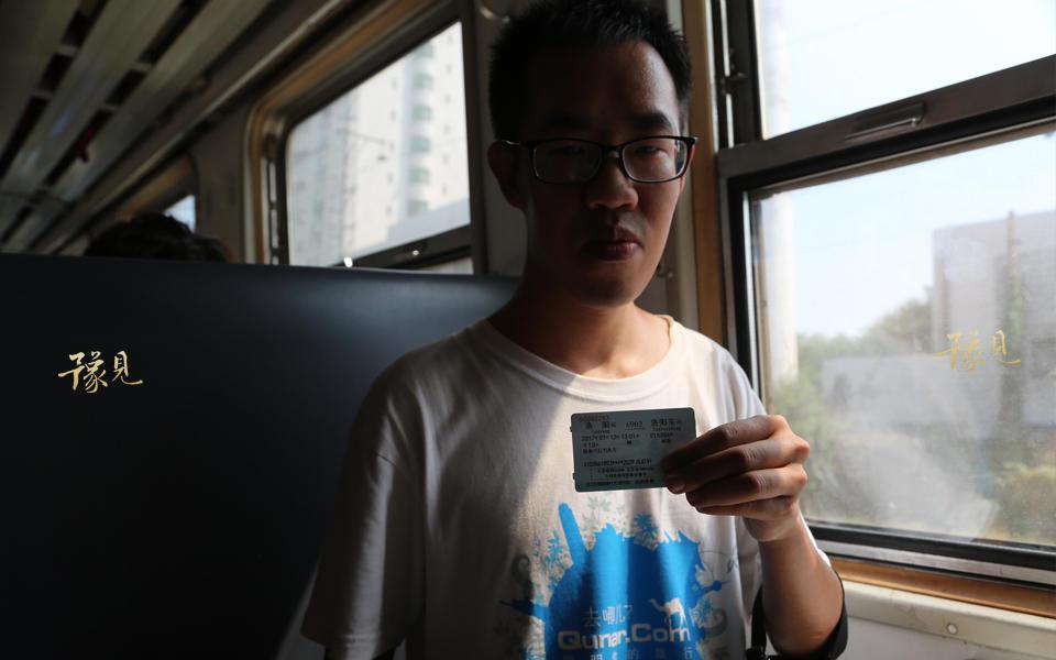 24岁的高晨轩是洛阳市人,同时他也是一个火车迷,在得知6901次列换代升级车辆的信息后,得意来乘坐最后一次没有空调的绿皮车。