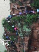游客雨中排队观乐山大佛 2小时还没走到脚底!