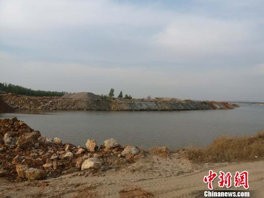 滦河河道上堆积的碎石。 肖光明 摄