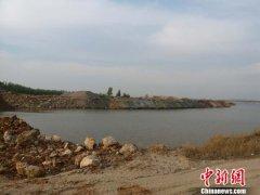 河北滦河河道被倾倒大量碎石 将河道拦腰截断