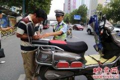 """郑州警方向违法停车非法营运""""宣战"""""""