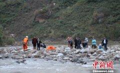 贵州贞丰21人在河中浅滩烧烤被困(图)