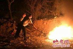 郑州侯寨文化广场起火 疑乱扔烟头引起