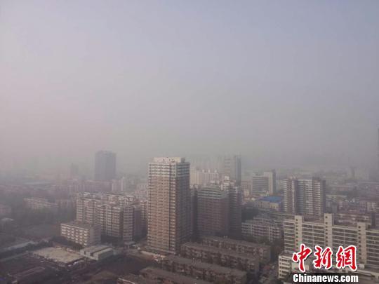 11月14日,雾霾继续持续,郑州市区能见度很低。 韩章云 摄