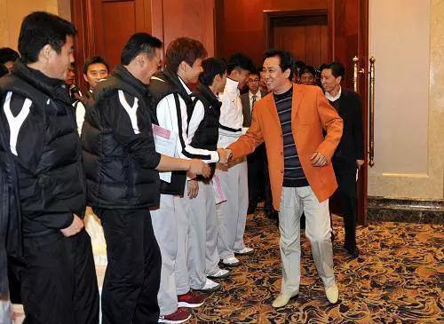 中国首富换人了!是河南人 从身无分文到坐拥2568亿