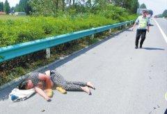 险!一女子躺高速路上睡大觉 漯河交警忙转移保安全