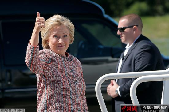当地时间2016年9月13日,美国费城,美国总统奥巴马在当地发表演讲支持民主党总统候选人希拉里。希拉里・克林顿9月11日在纽约参加活动时感觉身体不适。她在保安和助理试图将其扶上车时,不慎从人行道跌倒的视频在网络中广泛流传。竞选总部随后承认,68岁的克林顿早在9日就被诊断出肺炎,并建议其服用抗生素。希拉里的发言人表示,罹患肺炎的希拉里在家里静养几天后,将于9月15日恢复造势活动。