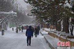 """新疆天山南北""""冰火""""两重天 温差超20摄氏度"""