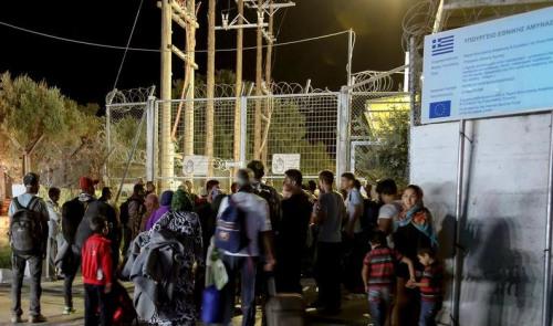 发生大火后,大批难民逃到外面。路透社