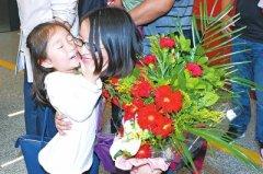 34名河南援非医生载誉归来 迎接他们的是鲜花与拥抱