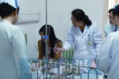 1岁多宝宝气管卡异物 护士抱着宝宝辗转多个科室急救