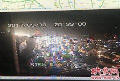 郑州机场高速车辆拥堵严重 部分高速因雨禁止7座以上客车通行