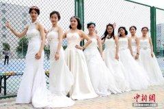 大学毕业生拍婚纱照纪念青春
