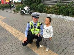"""2岁男童捡到1角纸币 坚持""""交到警察叔叔手里边"""""""