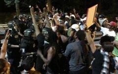 美国夏洛特市再度爆发暴力示威 抗议警察枪杀黑人