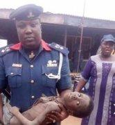 尼日利亚一男孩偷喝汤遭父亲及继母栓锁