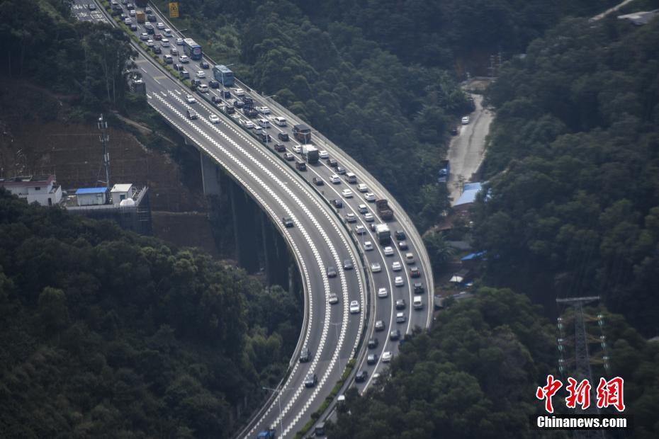 10月6日,京珠高速钟落潭至太和路段大批车辆缓慢行驶。当日,国庆长假接近尾声,广州高速公路开始迎来返程高峰,多条进入广州的高速出现拥堵。 中新社记者 陈骥�F 摄