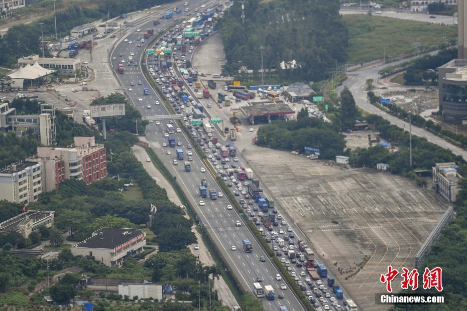 京珠高速钟落潭至太和路段大批车辆缓慢行驶。 中新社记者 陈骥�F 摄