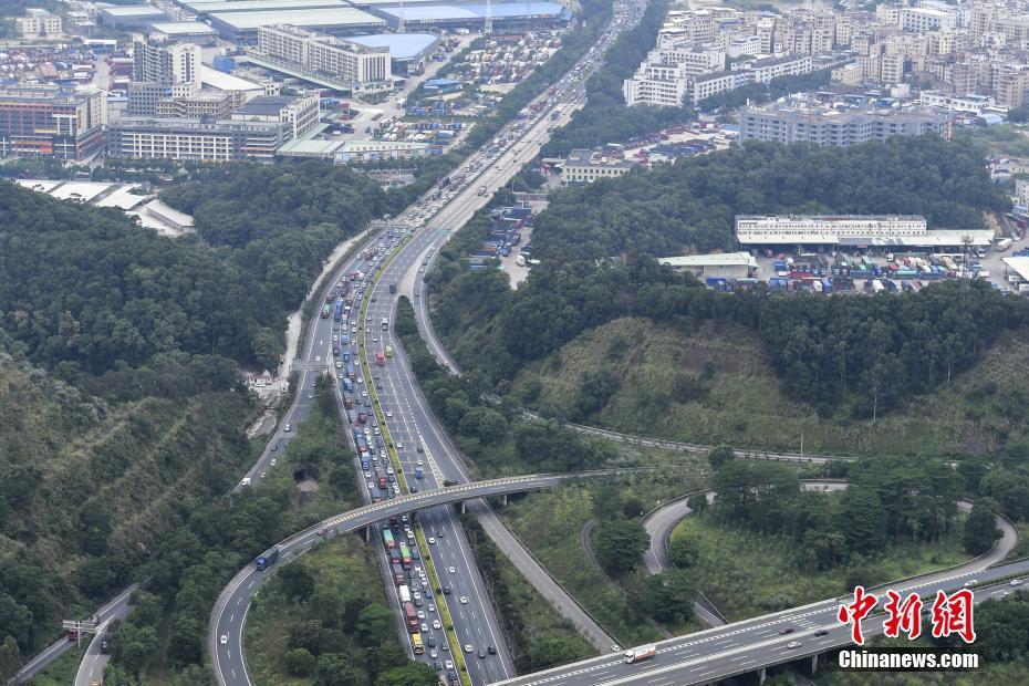 10月6日,广河高速腊圃至八斗路段大批车辆缓慢行驶。 中新社记者 陈骥�F 摄