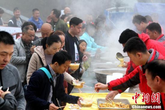 当日,老君山景区在中天门广场支起4口大锅,现场赶制当地农村的特色糁汤面条饭,里面不但有新鲜的蔬菜,还有一个金黄煎蛋,并配上葱姜蒜等作料。